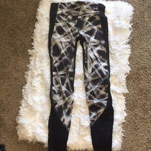 Gap Fit B&W patterned full length leggings